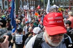 지난 8월 버지니아주 샬러츠빌에서 열린 백인우월자 집회에서 노년 남성이 '미국을 다시 위대하게(Make America Great Again)'가 새겨진 모자를 쓰고 있다. 이 날 백인우월자 집회 참가자들과 반대 시위대가 충돌해 한 명이 사망하고 19명이 부상했다.