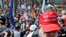 Belački nacionalista na mitingu u Šarlotstvilu, 12. avgusta 2017.