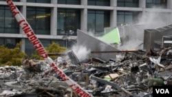 Asap mengepul dari sebuah bangunan yang runtuh di Christchurch, Selandia Baru, Rabu (23/2).