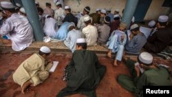 """Học sinh trong lớp học của Trường Darul Uloom Haqqania, ngôi trường bị gọi là """"Đại học Thánh chiến"""" đào tạo ra nhiều lãnh tụ của Taliban ở các tỉnh Akora Khattak, Khyber Pakhtunkhwa của Pakistan."""