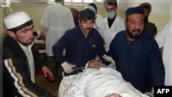 Người bị thương được đưa vào bệnh viện sau vụ đánh bom tự sát ở thị trấn Takhar, ngày 25/12/2011