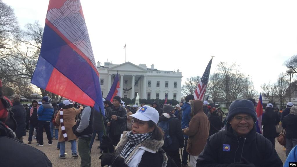 Người biểu tình trước của Nhà Trắng ở thủ đô Washington của Mỹ phản đối sự giải thể Đảng Cứu quốc Campuchia. Các nhà lập pháp của Liên minh châu Âu kêu gọi bãi bỏ quy chế ưu đãi về thuế quan