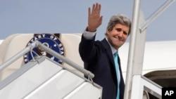 美国国务卿克里离开巴黎前往中东推动和谈。(2014年3月31日)
