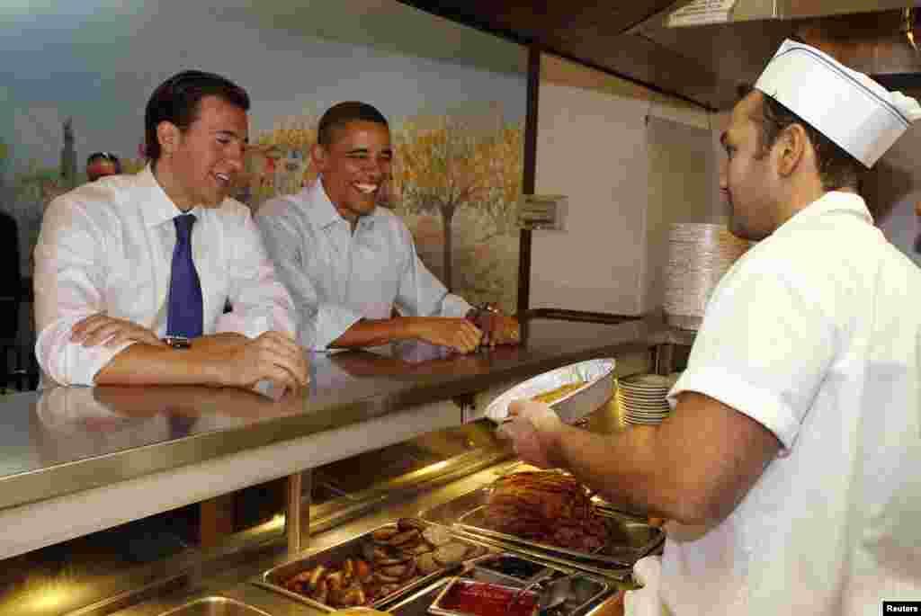 El mandatario, acompañado del candidato a senador Alexi Giannoulias, desayunaron en el restaurante Valois en Chicago, en octubre de 2010.