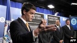 Giám đốc ICE John Morton (trái) nói chuyện tại một cuộc họp báo ở Washington hôm 28/9/11