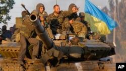 9月5日,在烏克蘭總統波羅申科學版停火協議生效後,在烏克蘭南部的港口城市馬里烏波爾,烏克蘭軍人坐在一部坦克上。