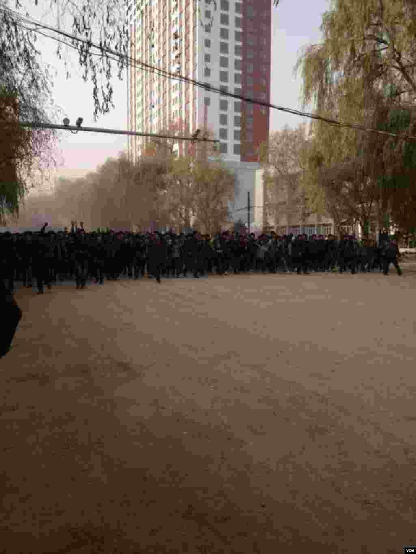 """티베트 동부도시 롱우 지역에서 중국의 """"문화 말살 정책"""" 에 반대시위를 벌이며 거리를 점거한 시위대"""