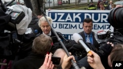"""گیرت ویلدرز عضو دست راستی پارلمان هالند به وزرای ترکیه می گوید """"این جا کشور ما است از آن دور باشید."""""""