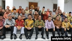 Presiden Jokowi dan Wapres Jusuf Kalla berfoto bersama seluruh gubernur di Istana Bogor, 24 November 2014 (Foto: VOA/Andylala)