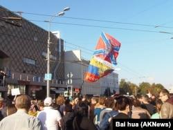 普京的支持者手舉烏克蘭東部分離勢力旗幟不滿去年9月莫斯科的反戰遊行。 (美國之音白樺拍攝)