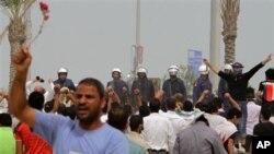 巴林的示威者面对警察高呼反政府口号