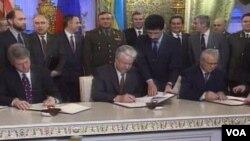 Підпис договору про ядерне роззброєння. Москва, січень 1994 року.
