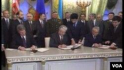 Đại diện 3 nước Ukraine, Nga, và Mỹ ký thỏa thuận hạt nhân vào tháng 1 năm 1994.