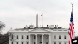 Các quan chức Tòa Bạch Ốc nói Tổng thống Trump đã ở trong Tòa Bạch Ốc vào thời điểm đó nhưng không gặp bất cứ nguy hiểm gì.
