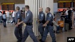 Cảnh sát Israel trong phi trường Ben Gurion gần Tel Aviv