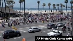 "Warga AS di Huntington Beach, California melakukan unjuk rasa pada ""May Day"" menuntut dibukanya kembali aktivitas ekonomi (1/5)."