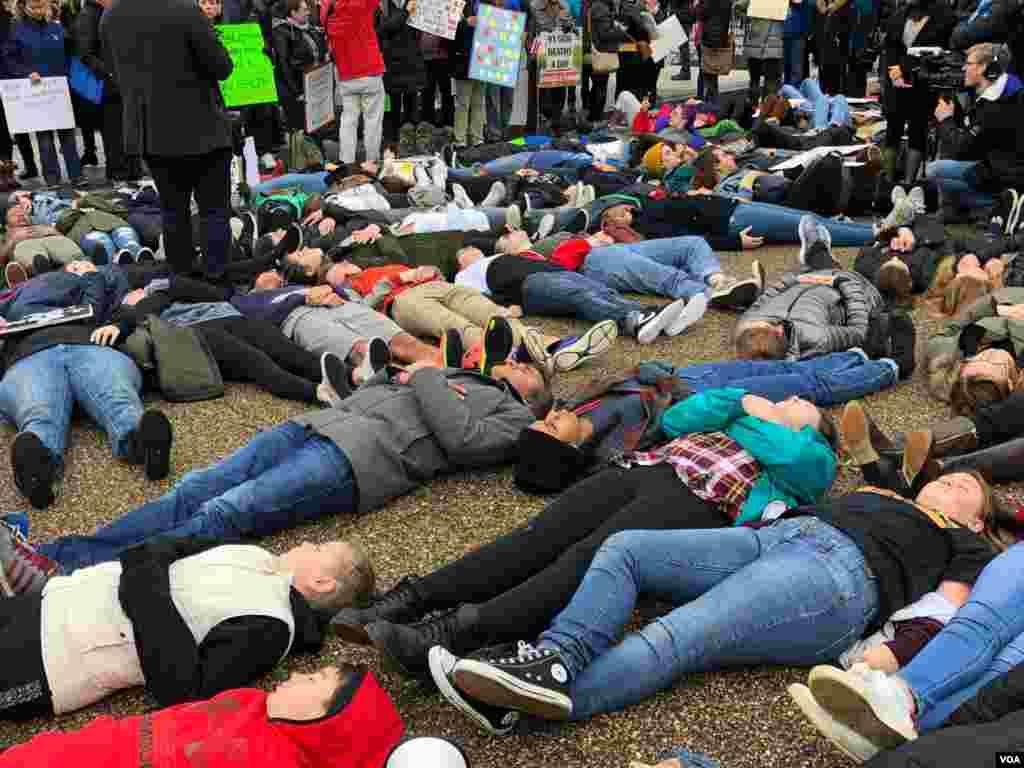 Jóvenes exigen más regulaciones sobre el control de armas tras masacre en escuela secundaria en Florida.