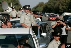 Sovetlərdən miras qalmış korrupsioner sistemdə köklü dəyişikliklər həyata keçirən Mixeil Saakaşvili ölkədə bütün polis qüvvəsini yeni kadrlarla əvəzlədi.