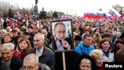 2018年3月14日,克里米亚黑海港口塞瓦斯托波尔举行俄罗斯吞并乌克兰克里米亚地区四周年纪念大会,有人举着普京肖像。