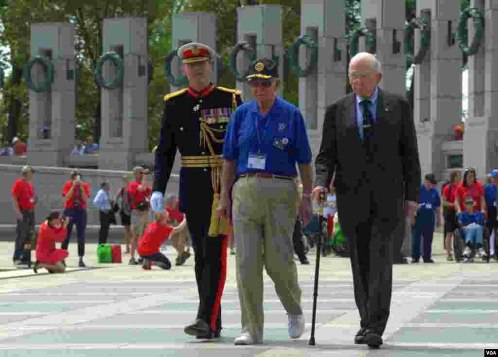 Ветераны Второй мировой и военный атташе Великобритании (слева)
