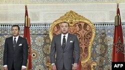 Quốc Vương Mohammed (phải) cam kết sẽ thực hiện những biện pháp cải cách, giới hạn quyền hạn của ông bằng một loạt điểm tu chính hiến pháp.