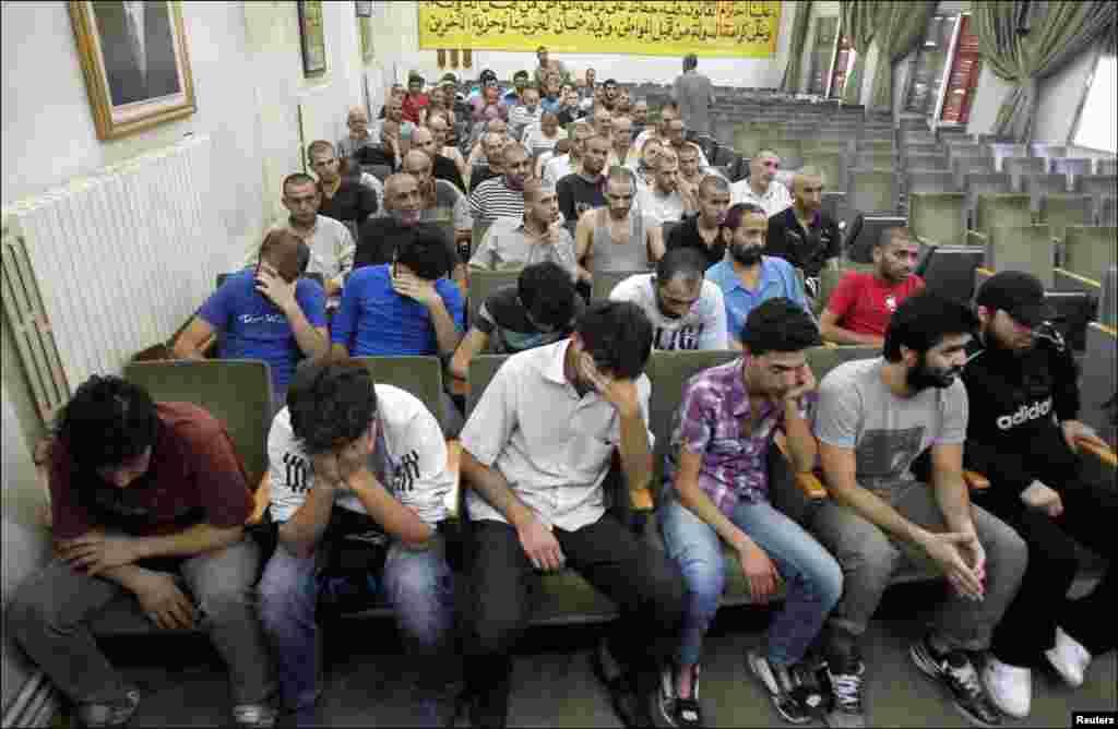 Para aktivis oposisi Suriah - yang ditahan karena ikut dalam protes menentang Presiden Bashar al-Assad - menunggu di gedung kepolisian Damaskus, untuk menandatangani pembebasan mereka (11/7).