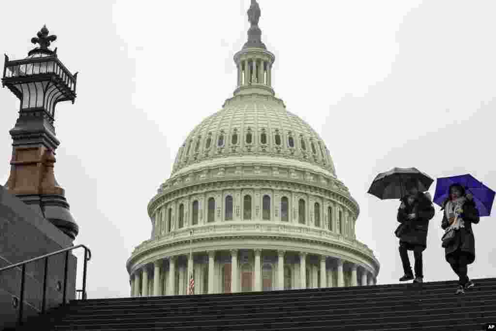 دولت آمریکا همچنان موقت تعطیل است. هیچ نشانه ای از توافق بین پرزیدنت ترامپ و دموکرات ها دیده نمی شود. از روز پنجشنبه مجلس نمایندگان دوره جدید کار خود را آغاز می کند که به جای جمهوریخواهان، دموکرات ها اکثریت را در آن دارند.