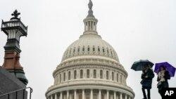 អ្នកទេសចរណ៍មកធ្វើទស្សនកិច្ចនៅវិមានសភា Capitol នៅពេលមានភ្លៀង ក្នុងរដ្ឋធានីវ៉ាស៊ីនតោន កាលពីថ្ងៃទី២៨ ខែធ្នូ ឆ្នាំ២០១៨។