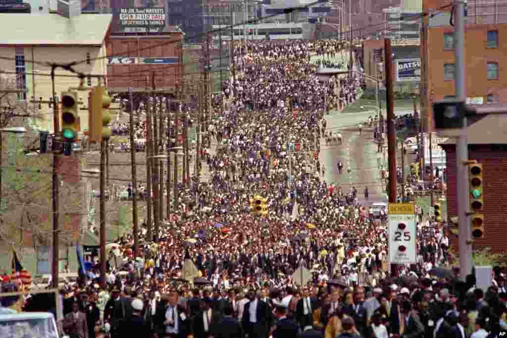 L'église baptiste d'Ebenezer où la foule est venue en nombre pour rendre hommage au défunt Martin Luther King, le 8 avril 1968.