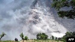 尼泊尔西北部苗地县山区发生山体滑坡的情景 (2015年5月24日)