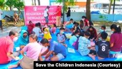 Kegiatan layanan dukungan psikososial bagi anak-anak oleh Save the Children Indonesia di salah satu lokasi pengungsian di Kota Kupang, Nusa Tenggara Timur, Selasa, 14 April 2021. (Foto: Save the Children Indonesia)