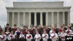 Хор Московской регентско-певческой семинарии у Мемориала Линкольна в Вашингтоне