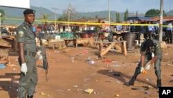 'Yan sanda na tattara tarkace a wajenda bom ya tashi, a garin Nyanya dake Abuja.