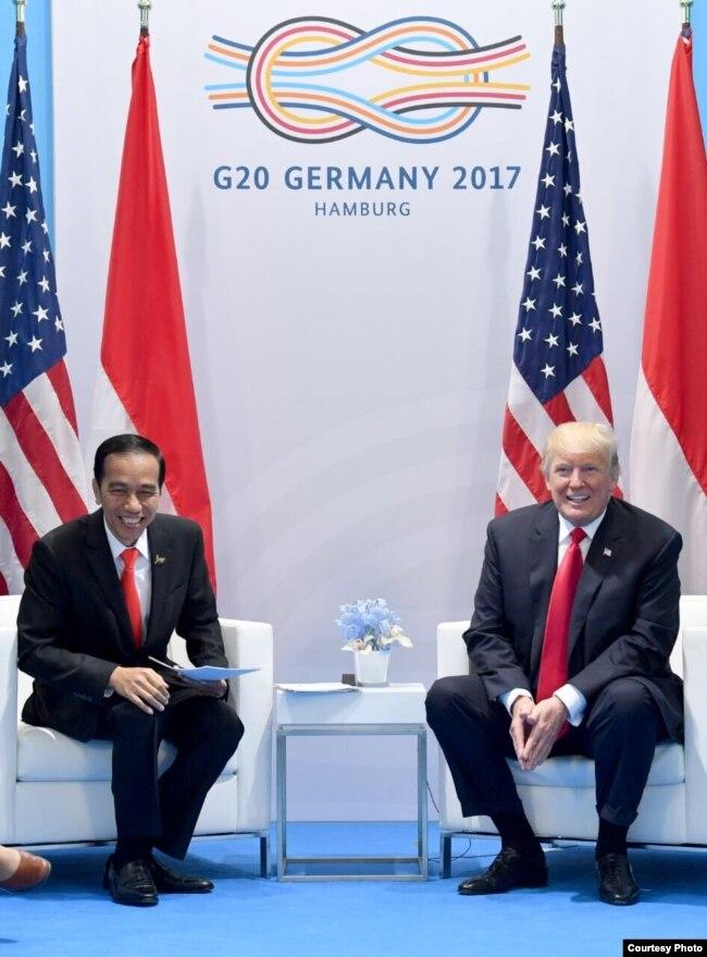 Presiden Joko Widodo dan Presiden Donald Trump langsungkan pertemuan di sela-sela KTT G20 di Hamburg, Jerman, Sabtu, 8 Juli 2017. (Foto courtesy: Setpres RI)