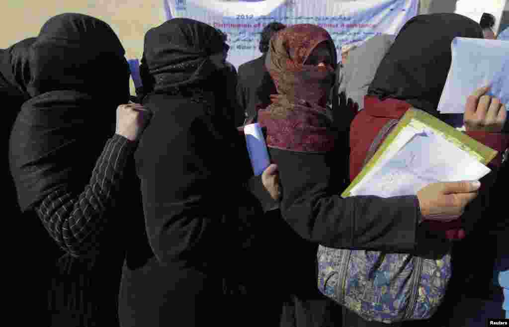 Afghan women line up to receive winter relief assistance donated by the UNHCR in Kabul, Afghanistan, January 2, 2013.