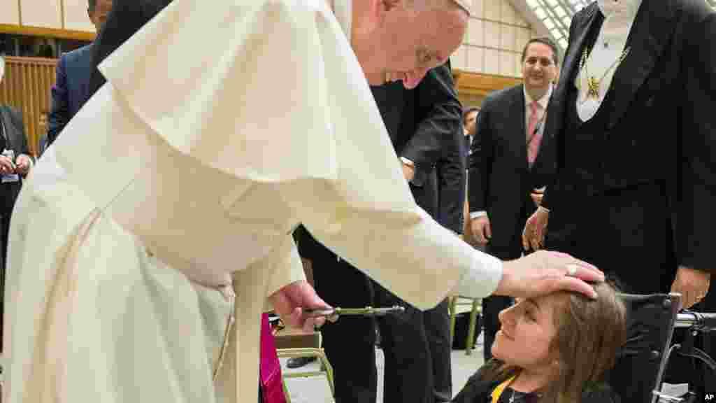 Le Pape François pose sa main sur une fille à la fin du congrès sur les progrès de la médecine régénérative, le 29 avril 2016.