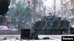 22일 레바논 북부 항구도시 트리폴리에서 바샤르 알 아사드 시리아 대통령 지지 세력인 알라위트파와 반대세력인 수니파와의 충돌이 벌어진 가운데, 레바논 군대가 장갑차를 타고 충돌지역으로 진입하고 있다.