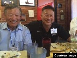 미국 캘리포니아주 랭캐스터 시 '크레이지 오토스' 식당 사장인 허진 씨(오른쪽)와 그의 형인 허영 씨.