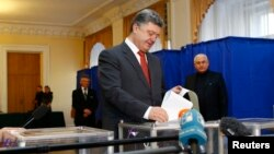 Ukraine's President Petro Poroshenko casts his ballot during parliamentary elections at a polling station in Kyiv, Oct. 26, 2014.