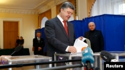Президент Украины Петр Порошенко голосует на одном из избирательных участков в Киеве. 26 октября 2014 г.
