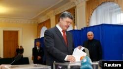 26일 우크라이나 페트로 포로셴코 대통령이 투표소에서 한 표를 던지고 있다.