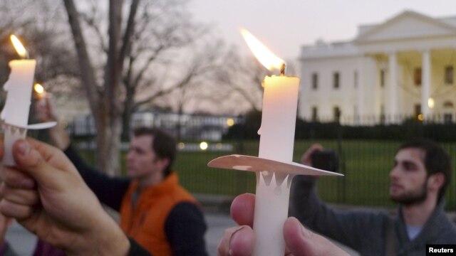 Las protestas frente a la Casa Blanca no se hicieron esperar urgiendo el control de armamento largo en EE.UU.
