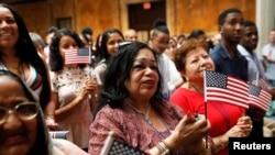 美国新移民在纽约曼哈顿公共图书馆参加入籍宣誓仪式。(2018年7月3日)