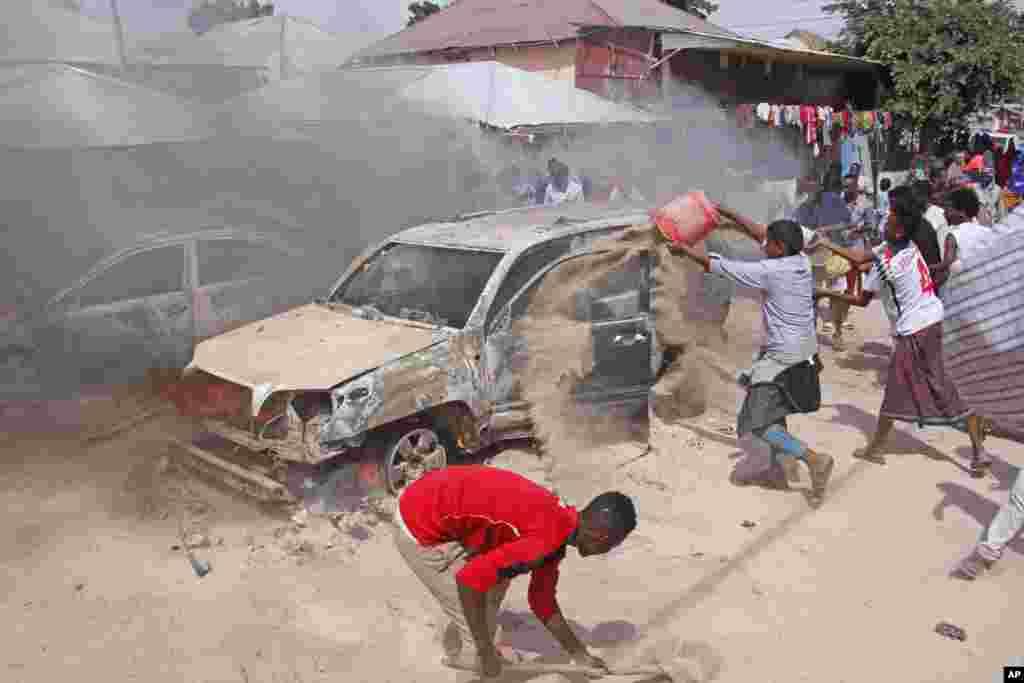 ពលរដ្ឋសូម៉ាលីចាក់ខ្សាច់ដើម្បីពន្លត់រថយន្តមួយដែលឆាបឆេះ បន្ទាប់ពីមានការបំផ្ទុះគ្រាប់បែកក្នុងរថយន្តមួយនៅក្នុងក្រុង Mogadishu ប្រទេសសូម៉ាលី។ យ៉ាងហោចណាស់ មានមនុស្សម្នាក់បានស្លាប់ ហើយអ្នកផ្សេងទៀតរងរបួស ហើយមិនមានអ្នកណាម្នាក់អះអាងទទួលខុសត្រូវចំពោះហេតុការណ៍នេះនោះទេ។