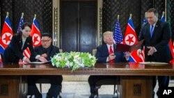 美國總統川普和北韓領導人金正恩在新加坡簽署協議。(2018年6月12日)