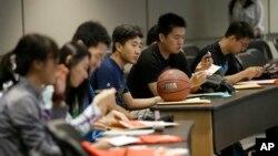 Para mahasiswa menghadiri orientasi mahasiswa baru di Universitas Texas, di Dallas, di Richardson, Texas, 22 Agustus 2015.