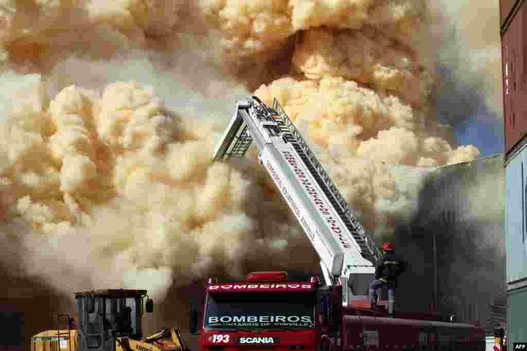 브라질 산타카타리나의 비료공장에서 화재가 발생한 가운데, 소방관들이 진화작업에 나섰다. 화재로 150 가정 이상이 대피했다.