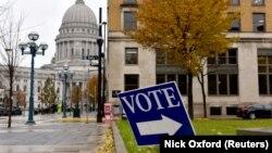 威斯康星州議會大廈外的投票站標誌。