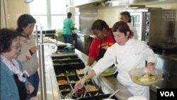 Ann Cooper bersama para murid peserta kompetisi masak.