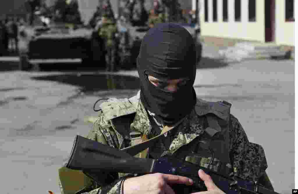 Hərbiçi Rusiyanın zirehli maşınlarını qoruyur - Slovyansk, 16 aprel,